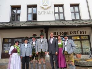 1. Bürgermeister Jürgen Seifert mit Priener Trachtler