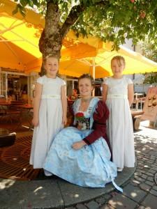 Die Zwillinge Regina und Sophie Kollmannsberger mit ihrer Tante Barbara Bartl