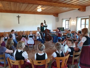 Musiklehrer erklären Musikinstrumente in der Plattlerprobe 15.07.19
